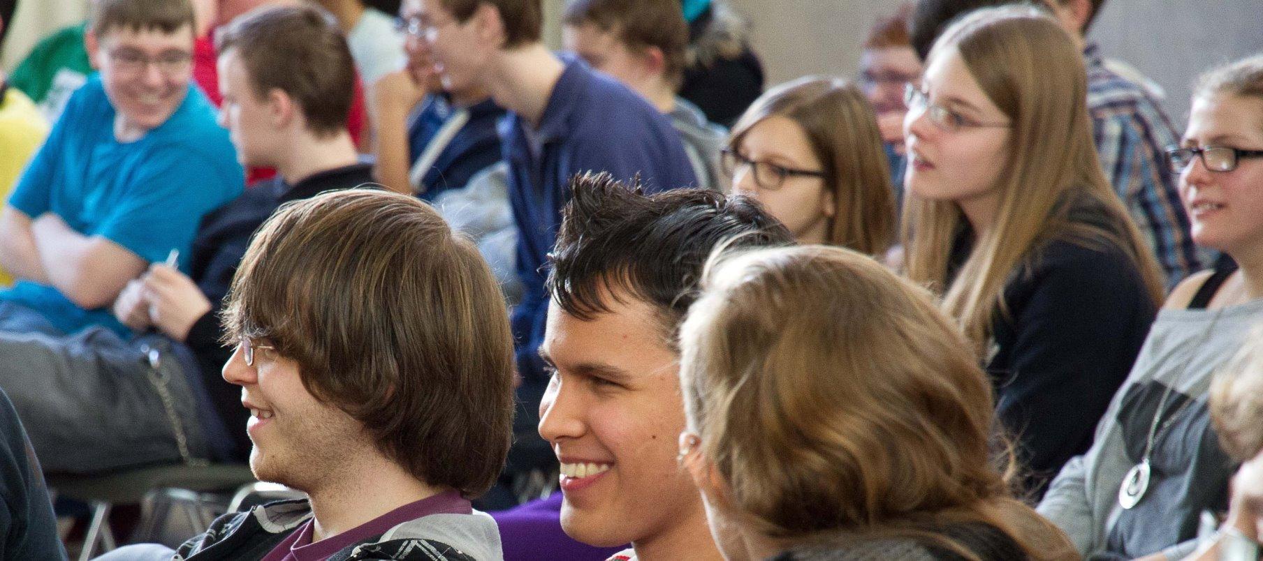 blista-Schüler scherzen während des Unterrichts mit dem Lehrer