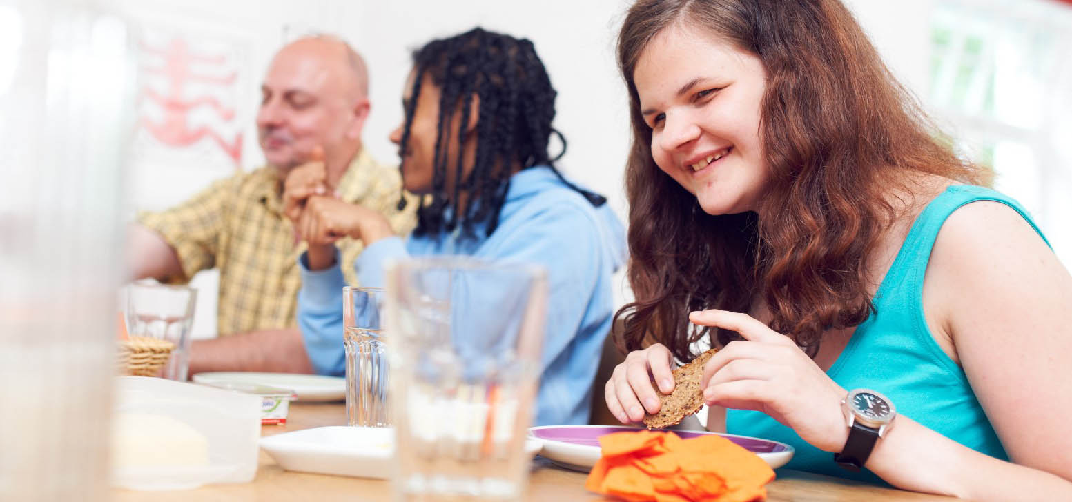 Internatsbewohner beim gemeinsamen Frühstück