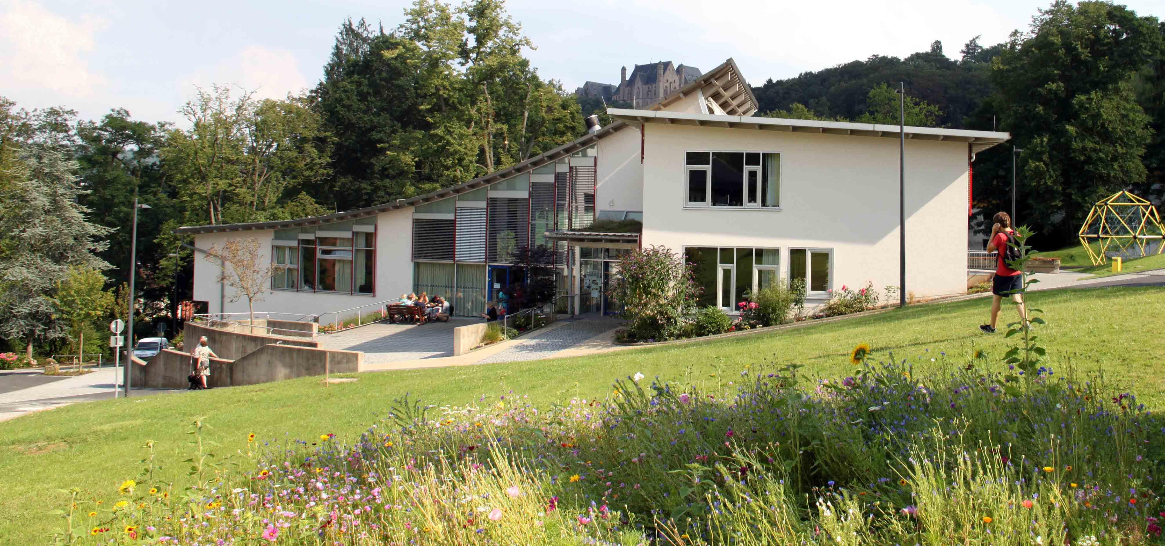 Blick auf das Unterstufengebäude der Carl Strehl-Schule