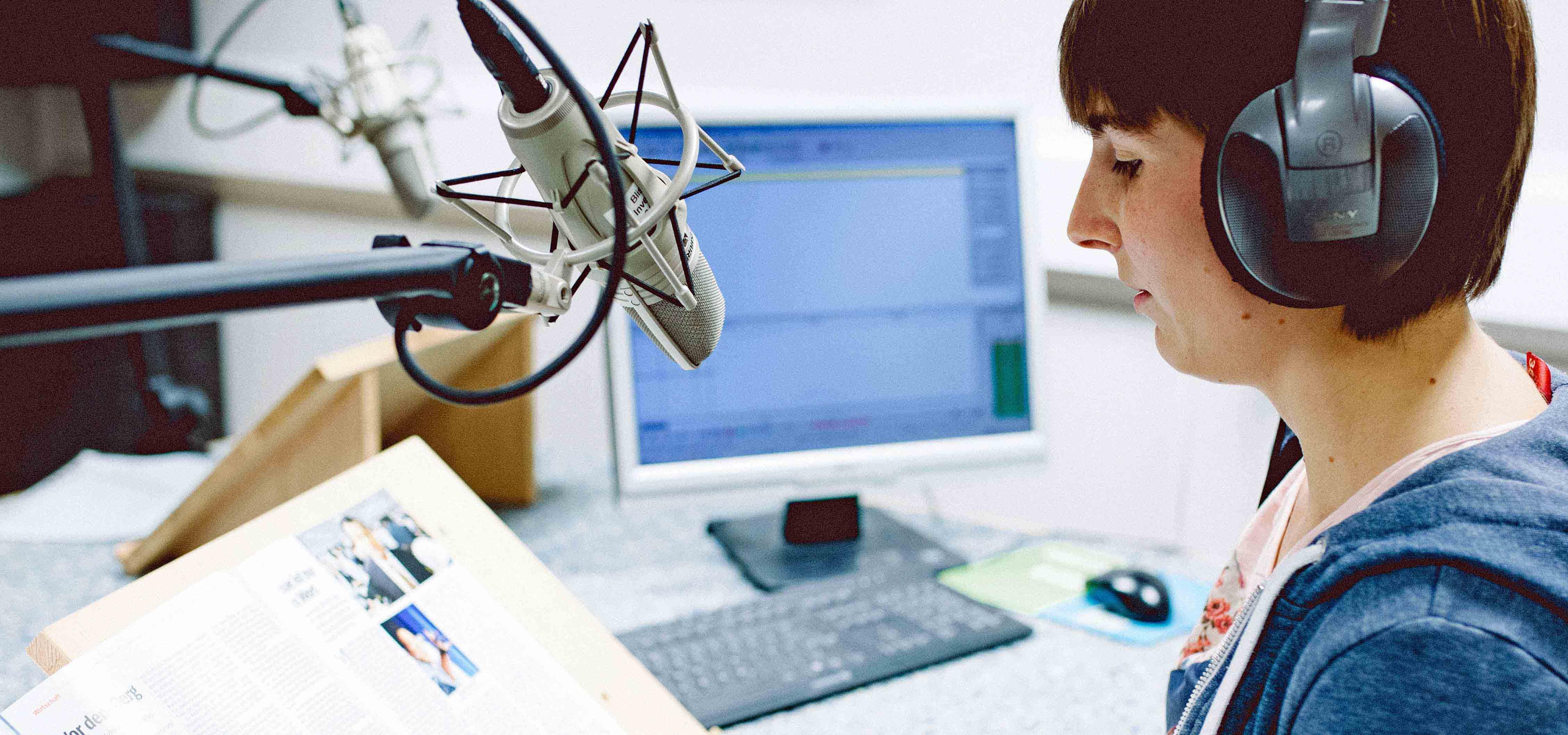Eine Sprecherin bei Tonaufnahmen im Studio