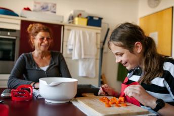 Eine Reha-Lehrerin begleitet das Lernen einer Schülerin
