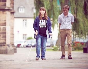 Schülerin und Reha-Lehrer erkunden den Bereich um die Elisabethkirche.