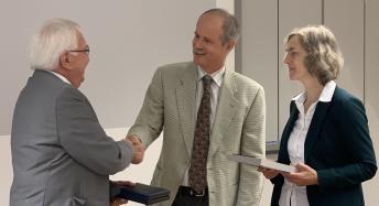 Bernd Höhmann und Ursula Weber überreichen Plakette und Urkunde