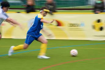 Stürmer Alican Pectas auf dem Fußballplatz in Aktion