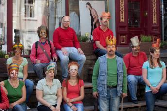 Die Hürdenläufer in Aktion: Schauspieler mit Masken
