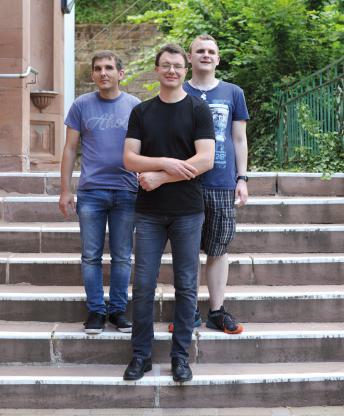 Die 3 jungen Männer stehen auf der Treppe der Einrichtung am Marbacher Weg.