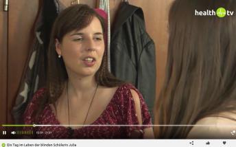 Eine junge Frau lächelt den Betrachtenden entgegen