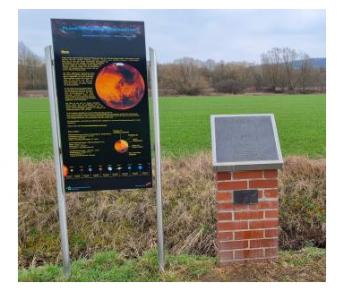 Station im Planetenlehrpfad mit Tafel und Modell