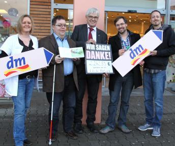 Spendenübergabe mit blista-Direktor Claus Duncker, Paul Adolf, Gebietsverantwortlicher, dm-drogerie markt GmbH + Co. KG u.a.