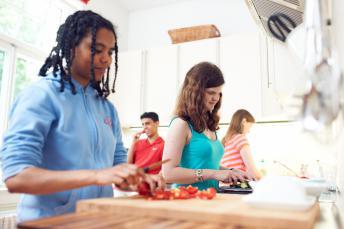 3 Schüler kochen gemeinsam