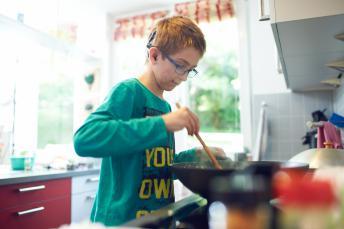Ein Junge kocht