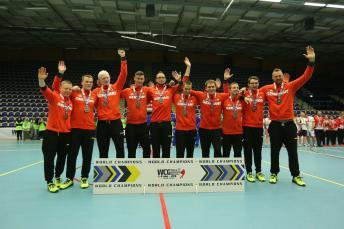 Das Foto zeigt das erfolgreiche, glückliche Team