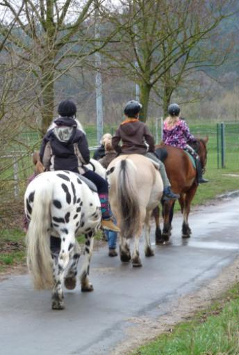 Drei Ostercamper auf ihren Pferden, von hinten