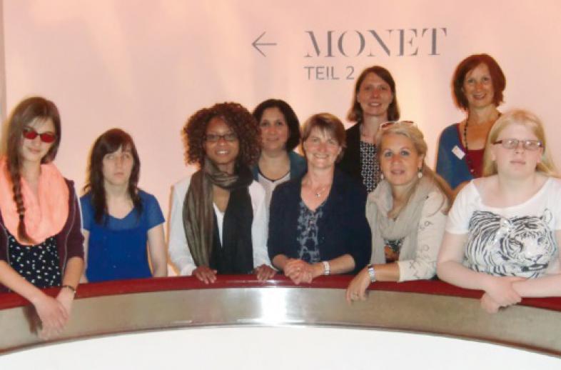 Die Gruppe mit den beiden Damen von der Commerzbank-Stiftung, im Hintergrund geht's zur Monet-Ausstellung Teil 2