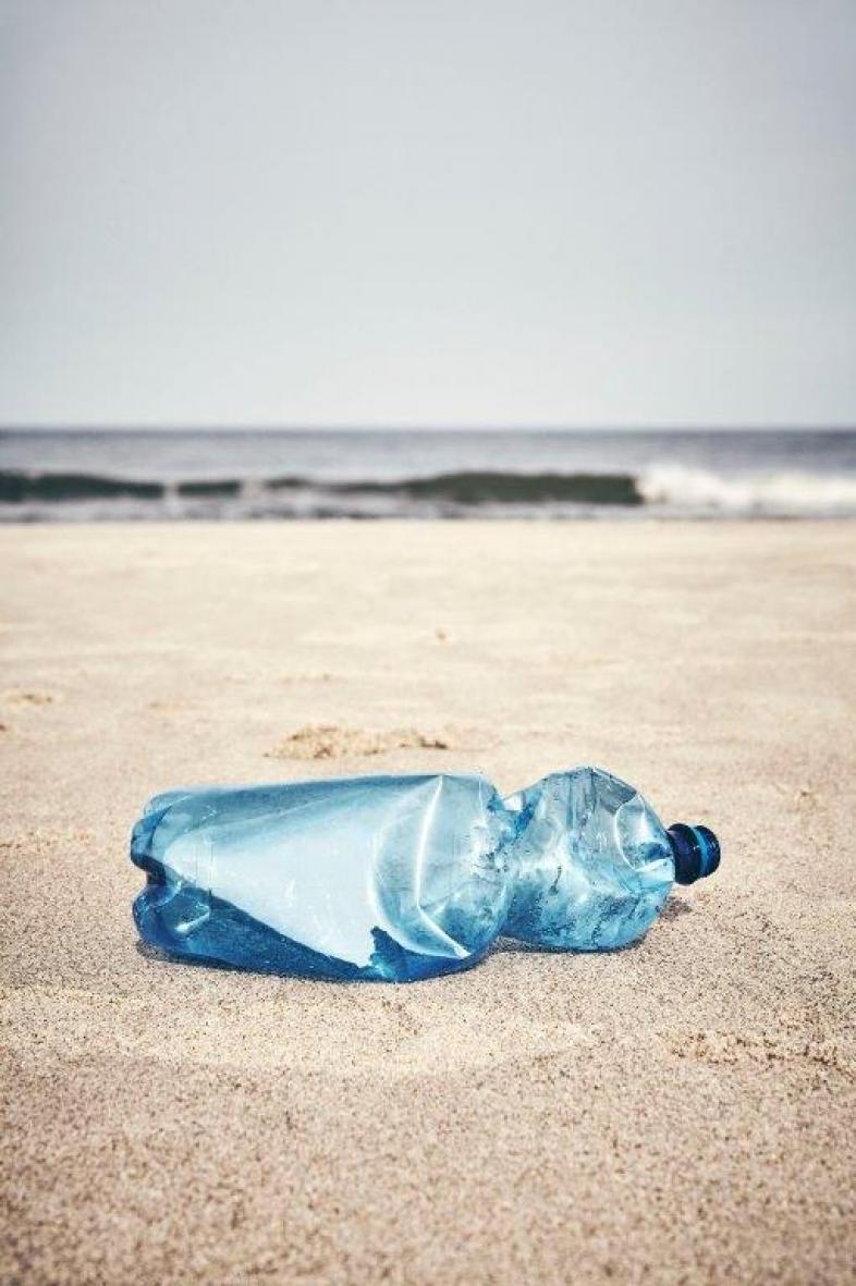 Plastikmüll: Eine leere Wasserflasche am Strand
