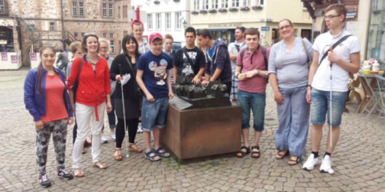 Die schottischen Besucher mit blista-Schülern beim Betasten des Rathaus-Modells auf dem Marktplatz