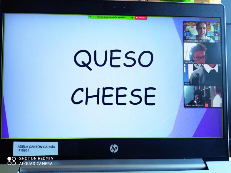 Screenshot mit Einblendung queso (spanisch) und cheese (englisch) sowie den Schülerkacheln am rechten Bildschirmrand.