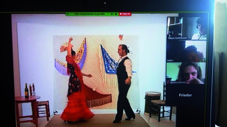 Screenshot mit einer Flamenco-Tanzszene in der Hauptansicht und vier Schülerkacheln am rechten Bildrand.