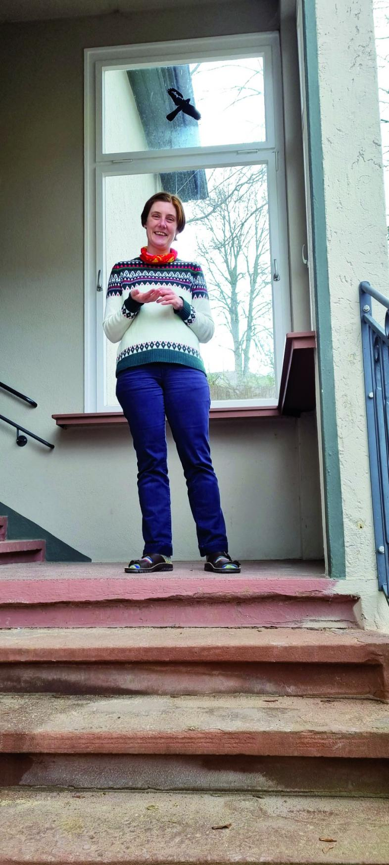 Foto von Nina Gromes im Eingang zum Kinderhaus
