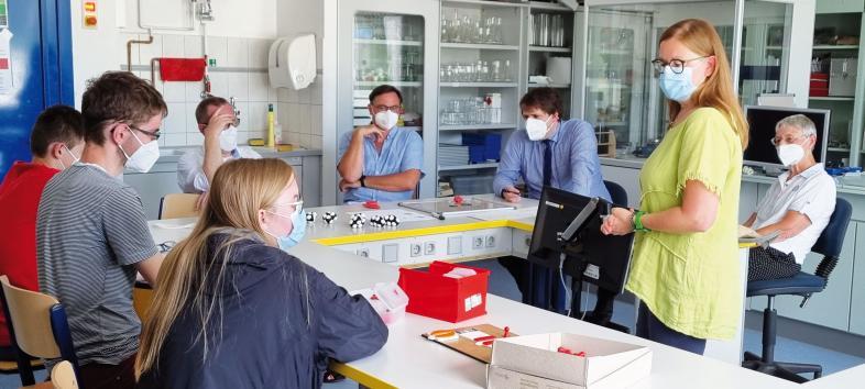 Anna, Stefan, Martin und Tanja Schapat mit den Besucher*innen im Chemieraum.