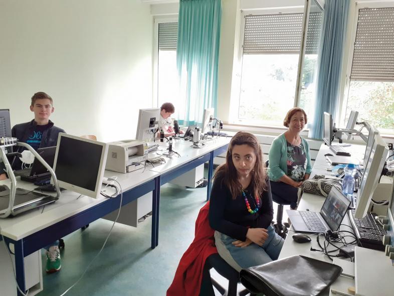 Foto des Spanisch-Teams mit Joscha, Zoe und Lehrerin Marianella Lass-Pinchart an ihren Laptops. Nicht auf dem Bild sind Martin und Frieder.