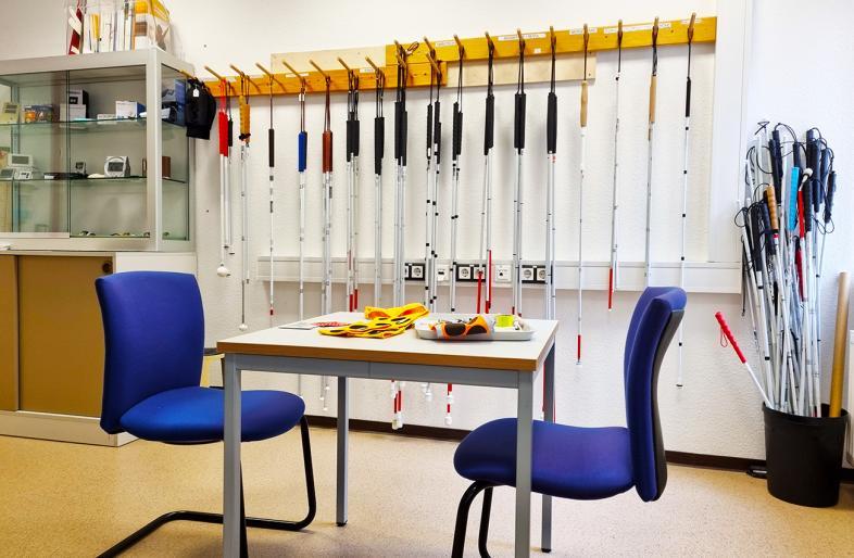 Einblick in den Shop: Tisch und Stühle laden zum Gespräch ein, die Auswahl an Langstöcken ist groß