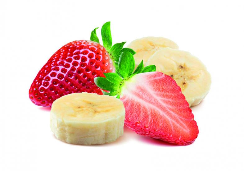 Aufgeschnittene Erdbeeren und Bananen