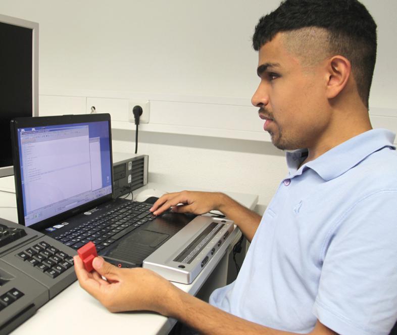 Ein Junge arbeitet mit der Sofware openSCAD am PC
