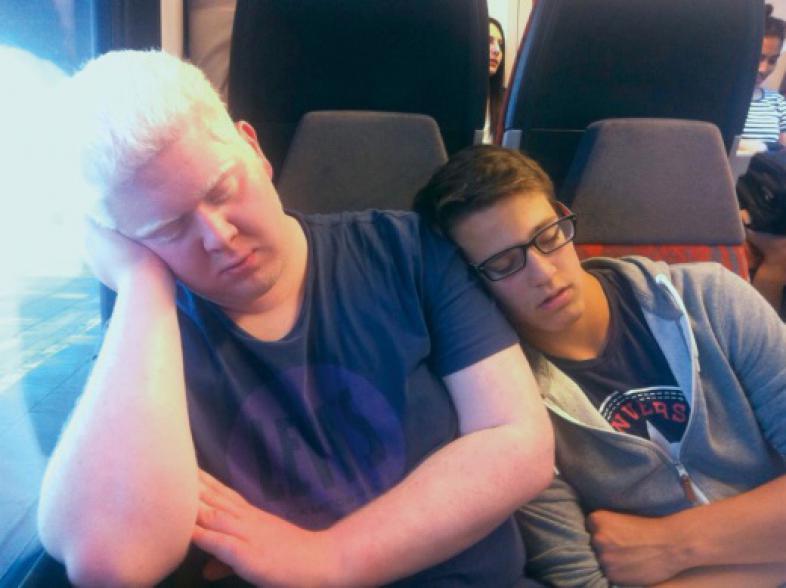 Zwei schlafende Schüler im Zug