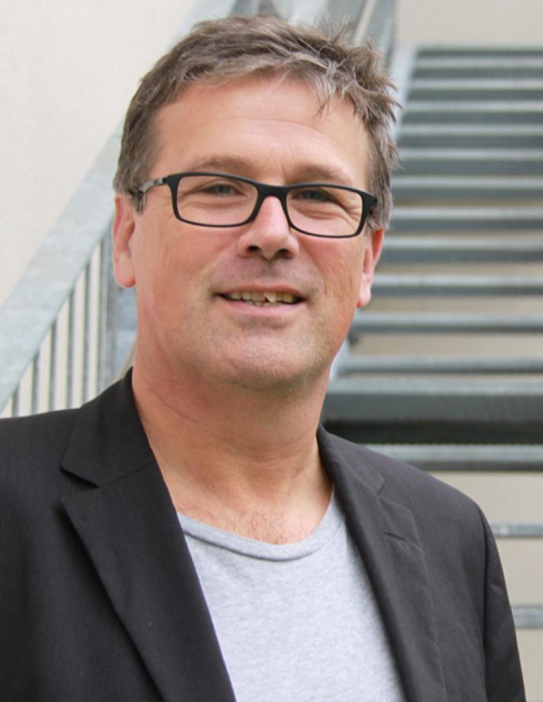 Portraitfoto von Otfried Altfeld, er hat kurzes dunkles Haar und trägt eine Brille