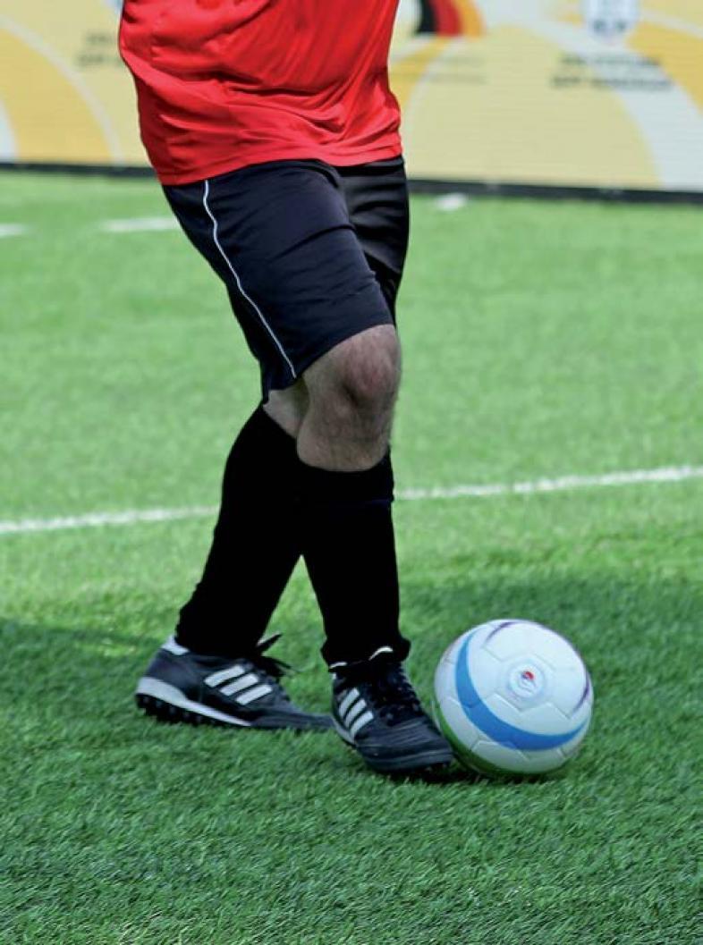 Close-up von Ali Can Pektas am Ball mit Fokus auf der Ballführung