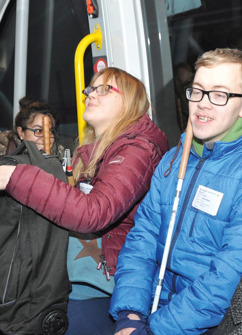 Özgün Dogan, Jalea Warnten und Levin Scharmberg im autonomen Bus.