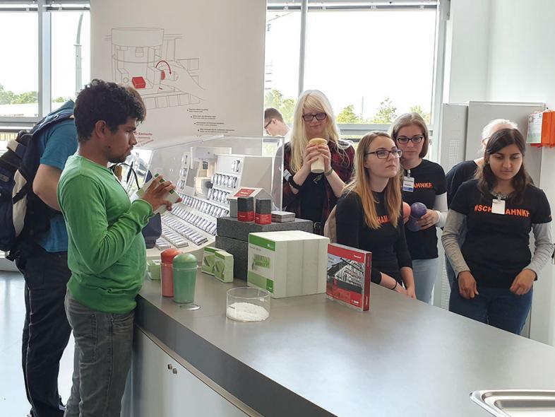 Die Schülerinnen und Schüler untersuchen diverse Polymere.