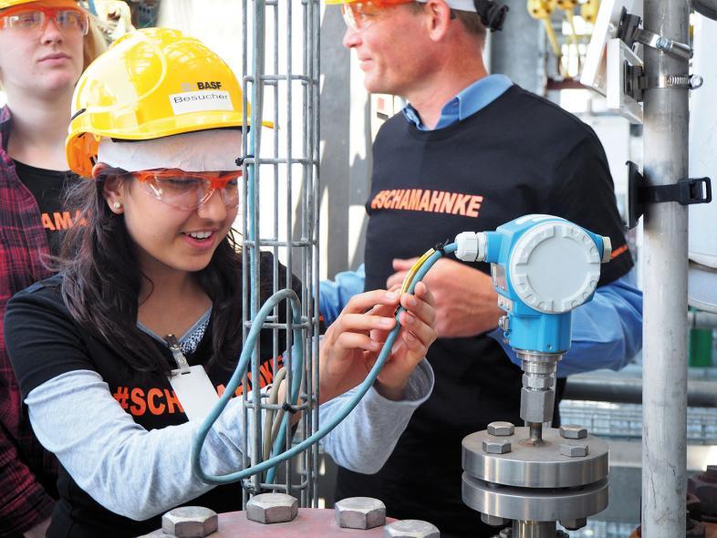 Nalin inspiziert Details der Geraniol-Anlage