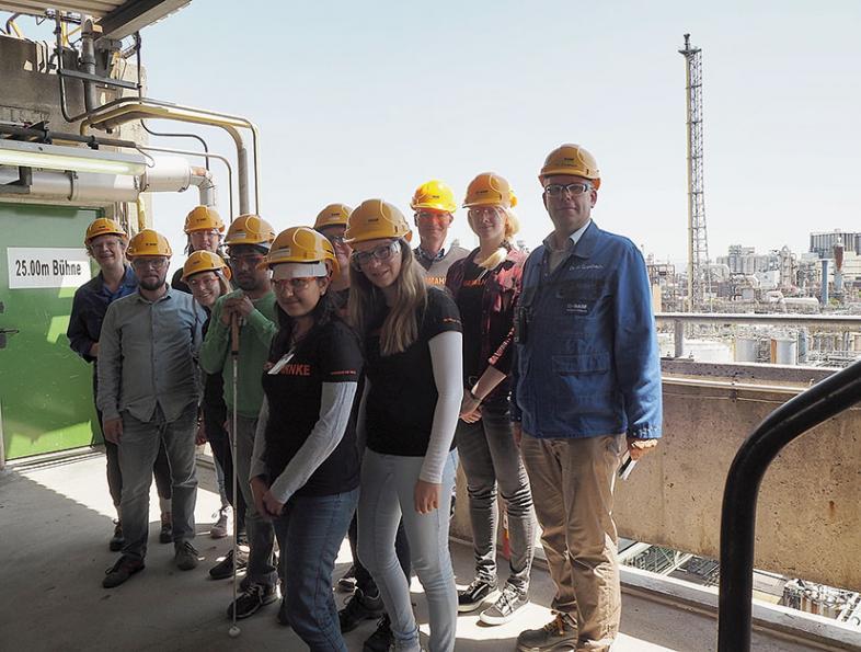 Gruppenfoto auf dem Dach der Geraniol-Fabrik