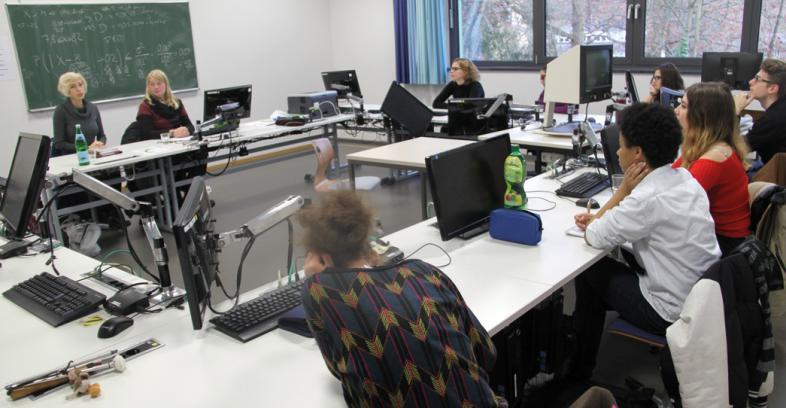Michaela Meinert und Domenica Buyuklieva vom Fachbereich Psychologie der Philipps-Universität im Gespräch mit einer Gruppe von Schülerinnen und Schülern
