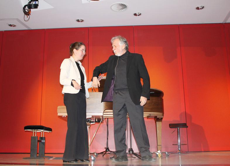 Ellen Greiner steht zusammen mit Herrn Steiner vor dem Flügel auf der Bühne