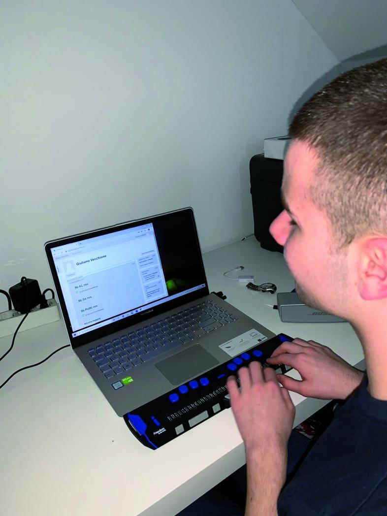 Giuliano Vecchione arbeitet am Laptop