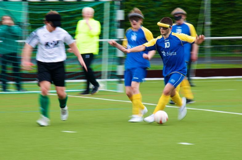 Blindenfußball in Aktion: Die Mannschaft der SF Blau-Gelb Marburg