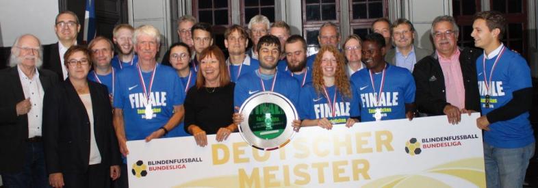 Die Blindenfußballer im Marburger Rathaus