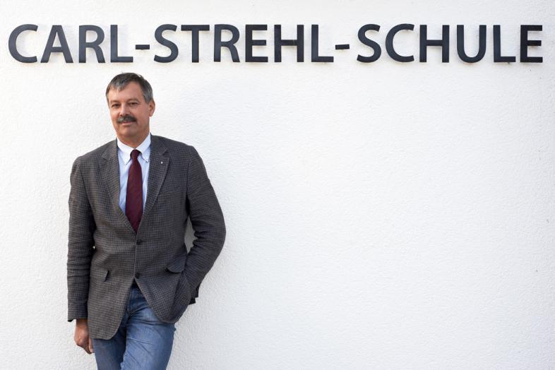 Das Foto zeigt Jochen Lembke vor dem Schulgebäude