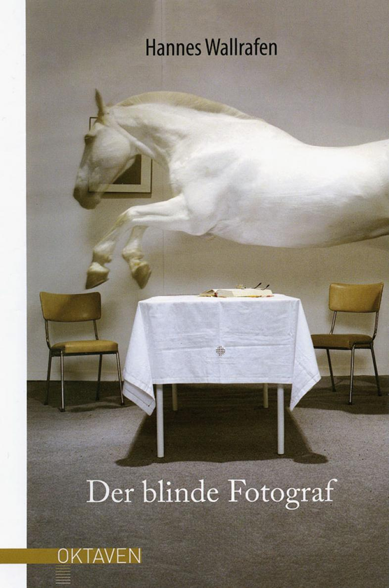 Das Buchcover ist eine Collage: Ein weißes Pferd über einem gedeckten Tisch