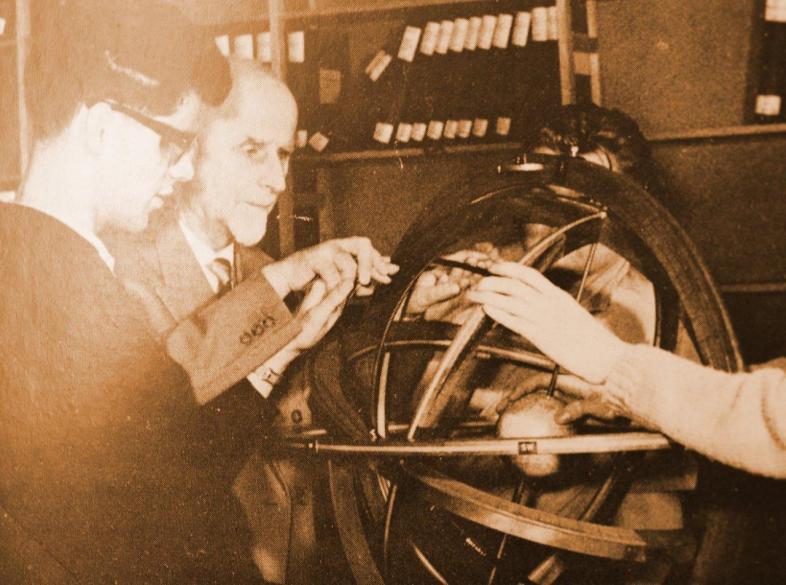 Dr. Mittelsten Scheid mit Schülern am Himmelsglobus 1963