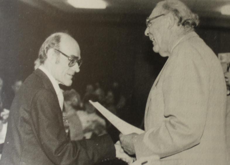 Universitätspräsident i.R. Zingel überreicht Prof. Werner die Verleihungsurkunde