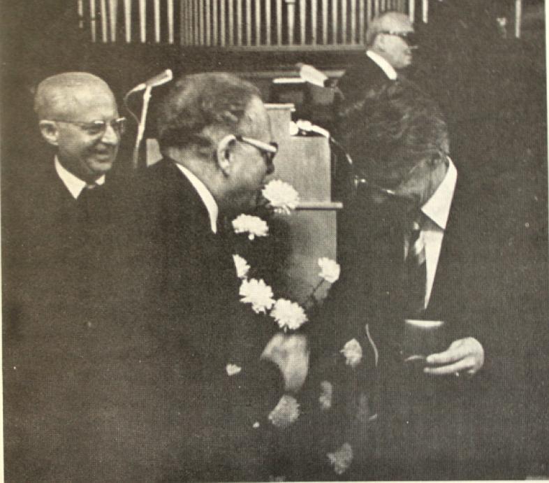 Direktor Stauss, Direktor Schenk, Dr. von Randow bei der Überreichung der Carl-Strehl-Plakette