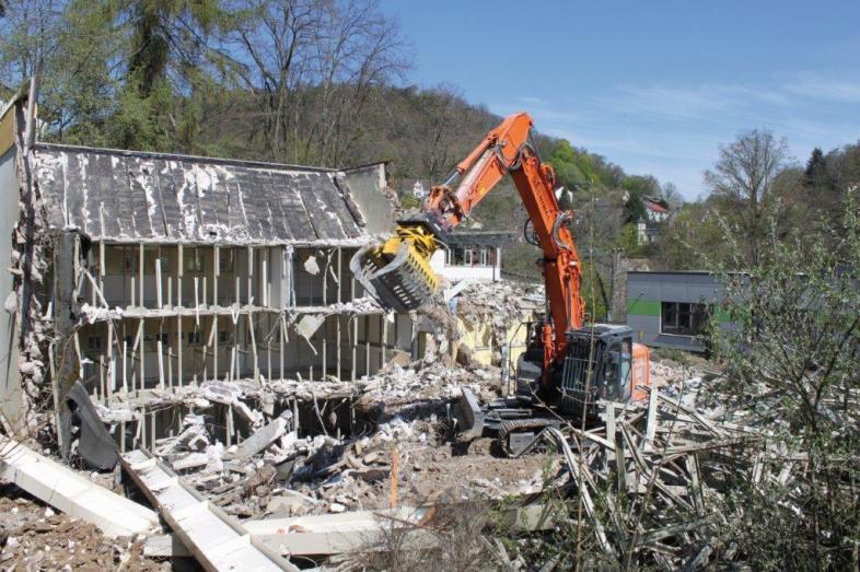 10 Tage später: Der große Bagger vor den Ruinen des DBH-Gebäudes