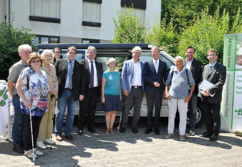 Besuch des Staatsministers: Die große Runde der Besucher steht vor dem SEHmobil.