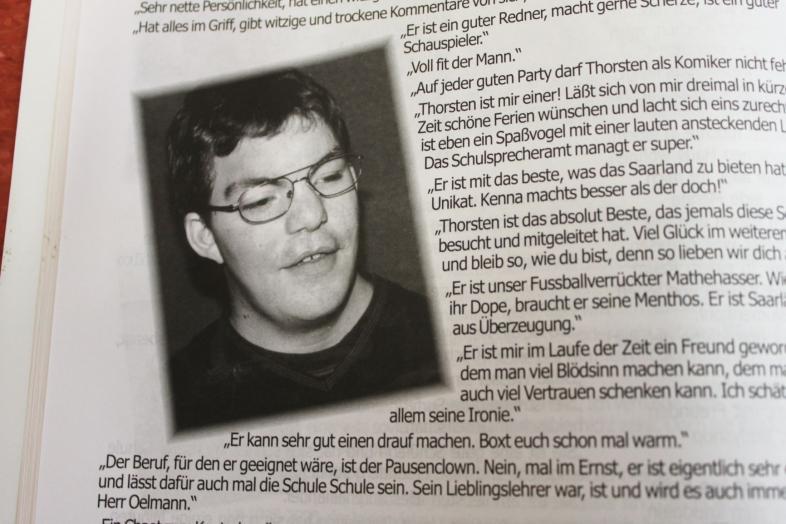 """Ausschnitt aus Thorsten Büchners Steckbrief mit Passfoto und der Beschreibung """"Er kann sehr gut einen drauf machen."""""""