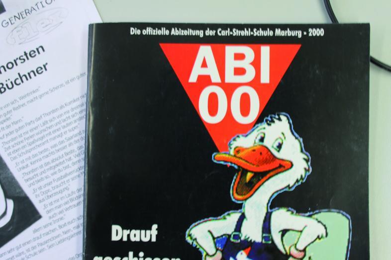Titelseite der offiziellen Abizeitung der Carl-Strehl-Schule Marburg - 2000 mit Donald-Duck-ähnlicher Ente im Blaumann. Der Titel heißt Abi 00