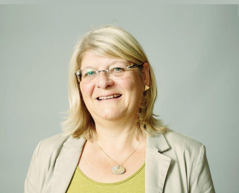 Das Portraitfoto zeigt die stellvertretende Schulleiterin, sie trägt eine Brille, die blonden Haare sind schulterlang. Sie lächelt freundlich zu den Betrachtenden hin